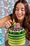 Mädchen mit alles- Gute zum Geburtstagkuchen Lizenzfreie Stockbilder