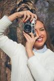 Mädchen mit alter Kamera Lizenzfreie Stockfotos