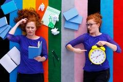 Mädchen mit Anmerkungen und Uhr Lizenzfreie Stockbilder