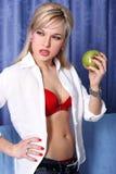 Mädchen mit Apfel Stockbild