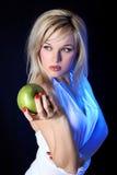 Mädchen mit Apfel Lizenzfreie Stockbilder