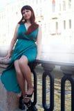 Mädchen mit ausgezeichneter curvy Form führt seine Beine unter langen Abendkleidern 8 vor Stockfoto