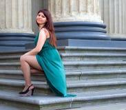Mädchen mit ausgezeichneter curvy Form führt seine Beine unter langen Abendkleidern 2 vor Stockfotos