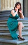 Mädchen mit ausgezeichneter curvy Form führt seine Beine unter langen Abendkleidern 4 vor Lizenzfreie Stockfotografie