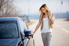 Mädchen mit Auto Stockfotos