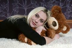 Mädchen mit Bären 3 lizenzfreies stockbild