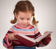 Mädchen mit Bögen liest Buch stockbild