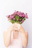 Mädchen mit Bündel rosa Feldblumen Lizenzfreie Stockfotografie
