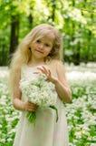 Mädchen mit Bündel weißen Blumen Lizenzfreies Stockfoto