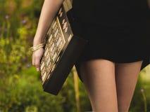 Mädchen mit Backgammon Lizenzfreie Stockbilder