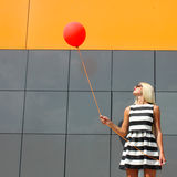 Mädchen mit Ballon lizenzfreie stockfotos