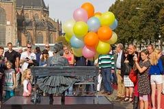 Mädchen mit Ballonen auf Stuhl während der Lebenstatuen der Weltmeisterschaften in Arnhem Stockfotos