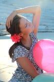 Mädchen mit baloons in einer Tagesleuchte Stockbild
