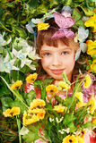 Mädchen mit Basisrecheneinheit und Blume auf grünem Gras. Stockfotos