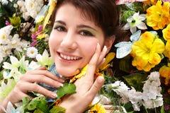 Mädchen mit Basisrecheneinheit und Blume auf Gras. Lizenzfreie Stockfotografie