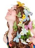 Mädchen mit Basisrecheneinheit und Blume auf Kopf. Lizenzfreie Stockfotos