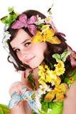 Mädchen mit Basisrecheneinheit und Blume auf Kopf. Stockfotografie