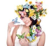 Mädchen mit Basisrecheneinheit und Blume auf Kopf. Lizenzfreie Stockfotografie
