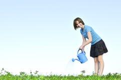 Mädchen mit Bewässerungsdose Stockfotografie