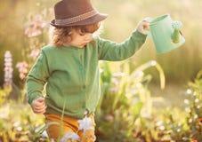 Mädchen mit Bewässerungsdose Lizenzfreie Stockfotos