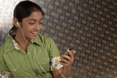 Mädchen mit beweglichem MP3-Player lizenzfreie stockfotos