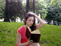 Mädchen mit Bibel Stockfoto