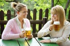 Mädchen mit Bier Stockbilder