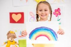 Mädchen mit Bild des Regenbogens Lizenzfreie Stockfotos