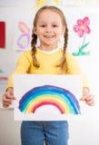 Mädchen mit Bild des Regenbogens Stockfoto
