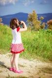 Mädchen mit Binokeln lizenzfreie stockfotos