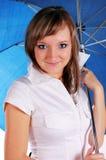 Mädchen mit blauem Regenschirm Stockfotos