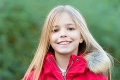 Mädchen mit blondem langem Haarlächeln auf natürlicher Umwelt Lizenzfreie Stockbilder