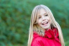 Mädchen mit blondem langem Haarlächeln auf natürlicher Umwelt Lizenzfreie Stockfotografie