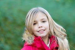 Mädchen mit blondem langem Haarlächeln auf natürlicher Umwelt Lizenzfreies Stockfoto