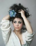 Mädchen mit Blume auf ihrem Haar Stockfoto