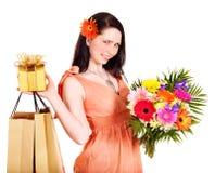 Mädchen mit Blume, Einkaufstasche und Geschenkkasten. Lizenzfreie Stockfotografie