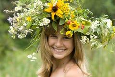Mädchen mit Blume Wreath Lizenzfreie Stockfotografie