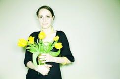 Mädchen mit Blumen stockbild