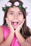 Mädchen mit Blumen auf Kopf und Blick überrascht Lizenzfreie Stockfotografie
