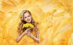 Mädchen mit Blumen-Blumenstrauß, vorbildliches Fashion Beauty Face-Make-up Lizenzfreies Stockbild