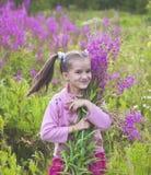 Mädchen mit Blumen in der Natur Stockfotos