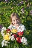 Mädchen mit Blumen im Garten Stockfotos