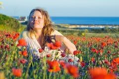 Mädchen mit Blumen nahe dem Meer Stockfotografie