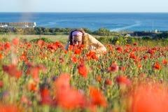 Mädchen mit Blumen nahe dem Meer Stockbilder