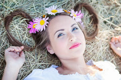 Mädchen mit Blumenkranz Lizenzfreie Stockfotografie