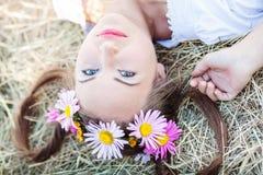 Mädchen mit Blumenkranz Stockbild