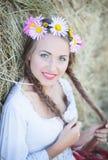 Mädchen mit Blumenkranz Stockfotos