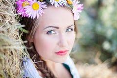 Mädchen mit Blumenkranz Stockbilder