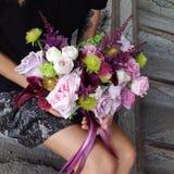 Mädchen mit Blumenstrauß Stockfoto