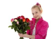 Mädchen mit Blumenstrauß der bunten Rosen Lizenzfreie Stockfotos